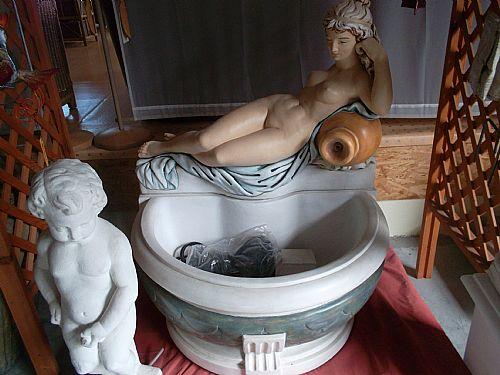 Brunnen mit anmutiger Mädchenfigur