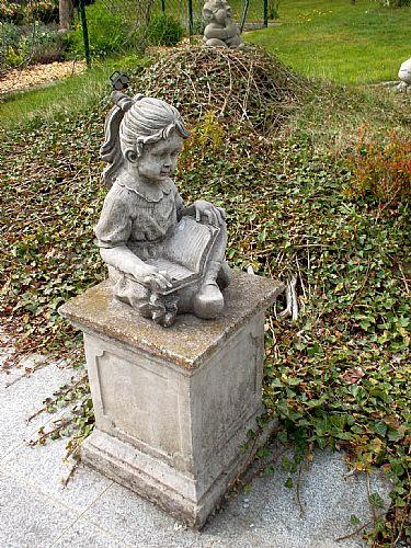 sitzendes Mädchen mit Buch