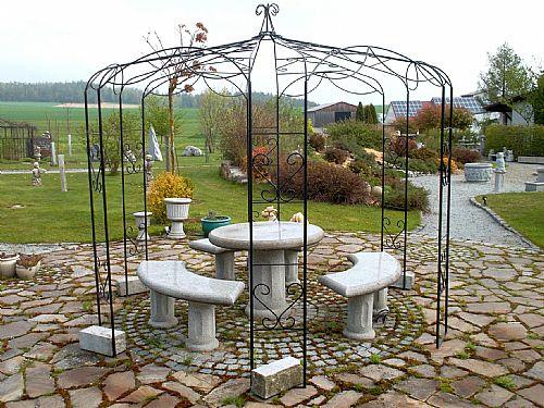 Gartenpavillion und Steingarnitur