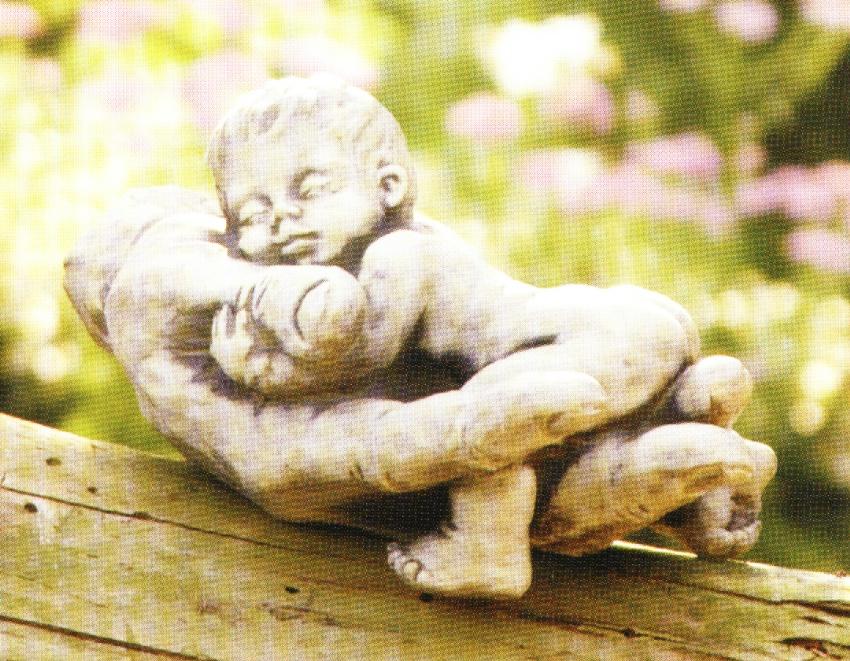 Baby in Hand liegend