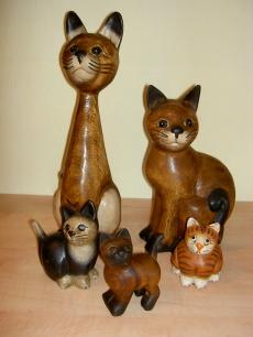 handgeschnitzte Holzkatzen