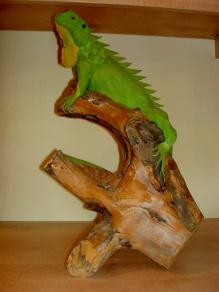 handgefertigter Leguan auf Wurzelstock