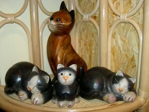 handgeschnitzte Holzkatzen liegend