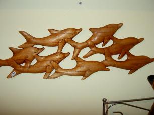 geschnitzter Delphinschwarm