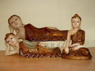 geschnitzte  und bemalte Buddhas