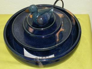 Zimmerbrunnen mit blauer Ente
