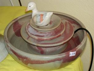 Zimmerbrunnen mit weißer Ente
